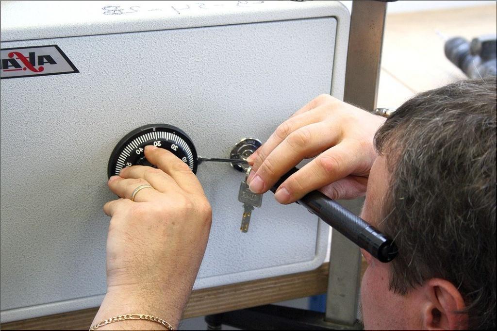 Как вскрыть сейф без ключей